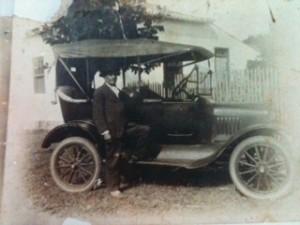 Cap. Eustachio Ignacio da Silveira em frente a sua casa em Belém Novo. Foto anterior a 1926 (ano em que faleceu), enviada por Cristiano Ignacio da Silveira Goulart, seu trineto.