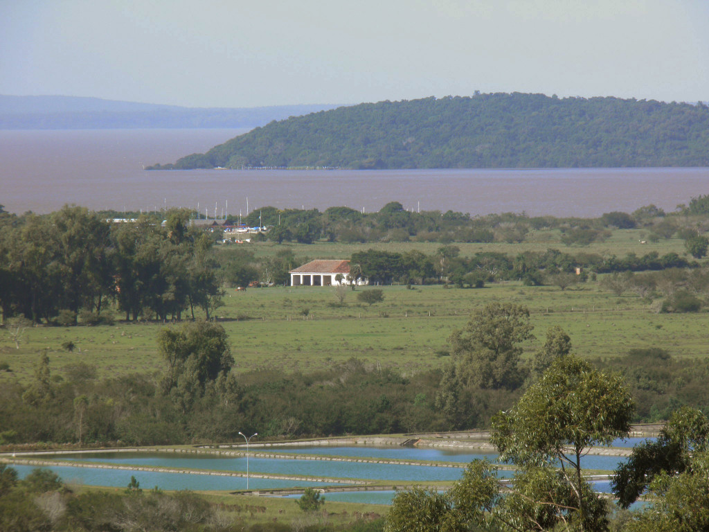 Do horizonte para cá: Barra do Ribeiro, parte da ilha Francisco Manoel, Marina do Lessa, parte da antiga estância de Breno Caldas e a ETE Belém Novo.