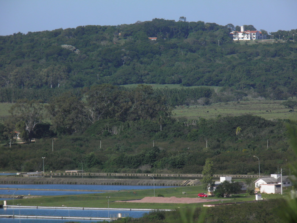 Morro da Ponta do Arado, com o antigo casarão de Breno Caldas e, à frente, a ETE Belém Novo.