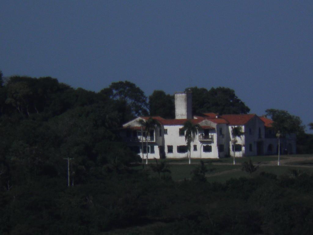 Antigo casarão estilo colonial do falecido Breno Caldas no alto do morro da Ponta do Arado.